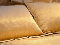 Bộ ga gối dệt vàng ở khách sạn sang chảnh có giá tới 5 tỷ đồng