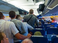 Tại sao máy bay hạ cánh an toàn nhưng hành khách chưa được đi ngay?