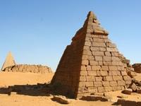 Kim tự tháp bị lãng quên kể từ sau những vụ đào trộm mộ và săn tìm kho báu