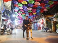 """Choáng ngợp với con đường rực rỡ sắc màu được ví như """"Hội An thứ 2"""" ở Hà Nội"""