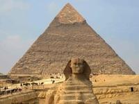 Cặp đôi du khách cởi đồ trần trụi trên đỉnh kim tự tháp Giza nổi tiếng