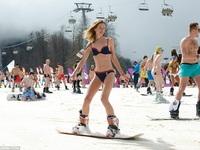 Dàn mỹ nhân diện bikini trượt tuyết gây sốt