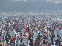 Biển người chen chúc trên các bãi tắm ở Sầm Sơn trong ngày đầu nghỉ lễ