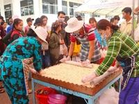 Hàng ngàn người dân chen nhau ở lễ hội bánh dân gian Nam bộ