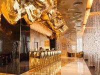 Cận cảnh quầy bar dát vàng bên trong khách sạn 7 sao