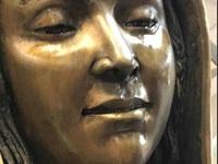 Hàng nghìn du khách đổ xô tới xem tượng Đức mẹ Maria nhỏ lệ