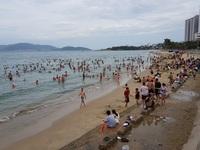 Bãi biển Nha Trang đông nghịt người trong ngày Tết Đoan Ngọ