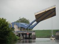 """Đi qua cây cầu """"biết bay"""" lạ lùng nhất thế giới"""