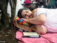 """Người dân mang gối ra ngủ giữa đường để hưởng ứng """"Ngày lười biếng"""""""