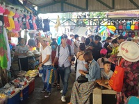 Nha Trang: Nhiều người không đeo thẻ HDV, cầm cờ dẫn khách Trung Quốc