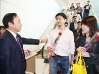 """Tặng hoa và lì xì những vị khách đầu tiên đến """"xông"""" đất Quảng Ninh"""