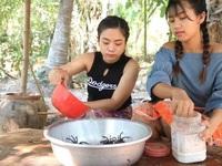 Hai cô gái xinh đẹp hướng dẫn cách ăn món nhện độc khiến người xem rùng mình