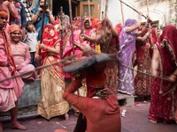 Lễ hội kỳ lạ, đàn ông ngồi cho phụ nữ nện thoải mái