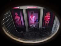 Gái mại dâm 'lên đồng' vì quy định cấm mới ở phố đèn đỏ Amsterdam