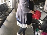 """Hành khách mặc... 7 chiếc váy lên người để """"né"""" trả thêm phí quá cân"""