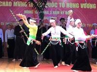 Thanh niên bản Mường biểu diễn thời trang nhân ngày giỗ Tổ Hùng Vương