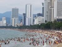 Bãi biển Nha Trang ken kín người trước ngày lễ lớn 30/4