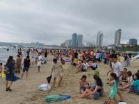Hàng ngàn người đổ về biển Đà Nẵng xả hơi ngày lễ