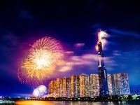 Choáng ngợp màn pháo hoa mãn nhãn từ toà tháp cao nhất Đông Nam Á.