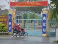 Sóc Trăng: Thí sinh đến trường thi Toán giữa lúc mưa to