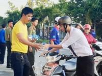 """ĐBSCL: Hàng ngàn chai nước miễn phí làm """"mát lòng"""" sĩ tử, phụ huynh"""