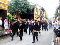 Màn trình diễn nhạc cụ dân tộc ấn tượng trên đường phố Hội An