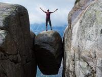 """""""Đánh cược sinh mạng"""" để chụp ảnh """"sống ảo"""" tại hòn đá kẹt giữa vực sâu gần 1000 m"""