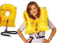 Túi nôn và áo phao có được phép mang ra khỏi máy bay không?