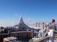 Cảnh tượng băng tuyết phủ trắng đỉnh Fansipan đẹp hiếm có ngày đầu năm mới