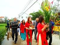 Du khách thích thú với lễ hội cầu bông ở làng rau hơn 400 năm tuổi