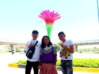 Giới trẻ thích thú check-in cầu vượt biểu tượng hoa xương rồng