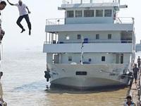 Thuyền trưởng nhảy từ độ cao 12m nguy hiểm để cứu khách sắp đuối nước