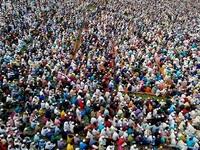 """Hơn 10.000 tín đồ tập trung cầu nguyện để """"đuổi"""" virus corona"""