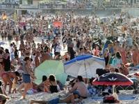Bãi biển vẫn chật kín hàng nghìn khách tụ tập bất chấp cảnh báo Covid-19