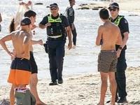 Tấn công và nhổ nước bọt vào cảnh sát khi bị nhắc nhở rời khỏi bãi biển