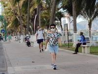 """Nha Trang: Du khách đeo khẩu trang khi ra đường, """"phố Tây"""" vắng vẻ"""