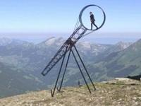 """Video: Màn trình diễn """"thách thức tử thần"""" trên đỉnh núi"""