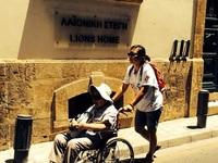 Đưa mẹ 87 tuổi bị liệt đi du lịch vòng quanh thế giới
