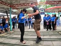 Du khách Tây thích thú với trò chơi dân gian bên bờ di sản Hạ Long