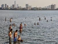 Trời nắng nóng, người Hà Nội đổ ra sông, hồ giải nhiệt