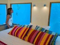 """Độc đáo dịch vụ """"ngủ với cá"""" dưới lòng biển Ấn Độ Dương"""