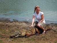 """Lạ lùng ngôi làng nơi cá sấu và con người """"thân mật"""" với nhau"""