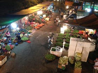 Chợ đêm Long Biên hớp hồn khách Tây