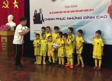 Quang Hải dạy các cầu thủ nhí tâng bóng, truyền cảm hứng tới thế hệ trẻ