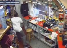 Video nhân viên dùng mã tấu khổng lồ đánh đuổi hai tên cướp ở Mỹ