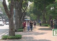 Người Hà Nội mệt mỏi trong nắng gắt đầu mùa