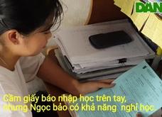 Nhận giấy báo nhập học, nữ sinh nghèo đóng khung làm kỷ niệm