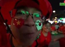 Không khí cổ vũ đội tuyển Việt Nam: Phố đi bộ Nguyễn Huệ đông nghẹt người