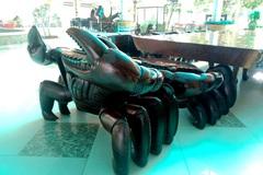 Ngắm bộ bàn ghế gỗ hình con cua độc đáo ở miền Tây