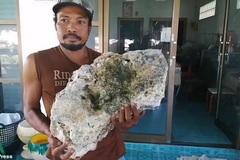 """Nhặt rác trên bãi biển bất ngờ """"vớ"""" được tảng đá trị giá hơn 15 tỷ đồng"""